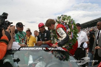Dan Wheldon prepares for his victory lap