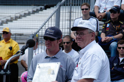 2004 500 winner Buddy Rice receives the