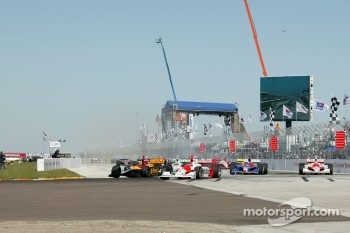 Start: Bryan Herta battles with Helio Castroneves
