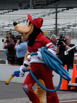 Goofy is the gas man for the race