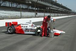 Sam Hornish Jr. kisses the Borg Warner Trophy