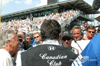 Michael Andretti talks with Dario Franchitti after the race