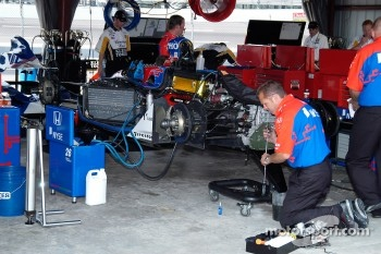 Preparing Marco Andretti's car