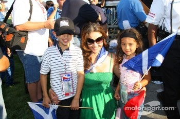 Ashley Judd, wife of Dario Franchitti, poses with young fans