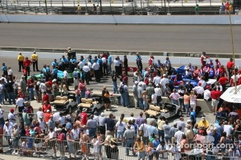Pit lane is crowed during qualifying