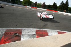 Crash for #41 Greaves Motorsport Zytek Z11SN-Nissan: Karim Ojjeh, Gary Chalandon, Tom Kimber-Smith