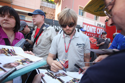 Nick Heidfeld, Lotus Renault GP signing autographs for the fans