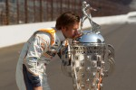 Winners photoshoot: Dan Wheldon, Bryan Herta Autosport with Curb / Agajanian poses with the Borg-Warner Trophy