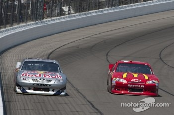 Brian Vickers, Red Bull Racing Toyota and Jamie McMurray, Earnhardt Ganassi Racing Chevrolet