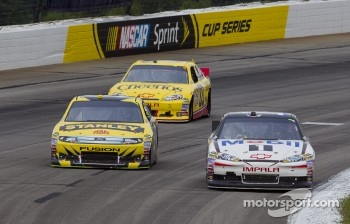 Tony Stewart, Stewart-Haas Racing Chevrolet and Marcos Ambrose, Petty Motorsport Ford