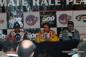 Press conference: race winner Jimmy Vasser with Michael Andretti and Patrick Carpentier
