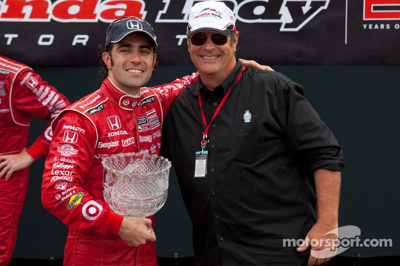 Podium: race winner Dario Franchitti, Target Chip Ganassi Racing with Dan Akroyd