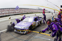 Pit stop for Matt Kenseth, Roush Fenway Racing Ford