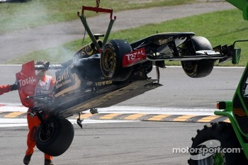 A crash caused by Vitantonio Liuzzi, HRT F1 Team, the damaged car of Vitaly Petrov, Lotus Renault GP