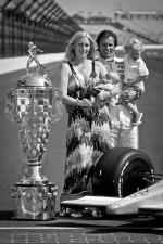 2011 Indy 500 race winner Dan Wheldon, Bryan Herta Autosport with Curb / Agajanian with his wife Susie and sons Sebastian and Oliver