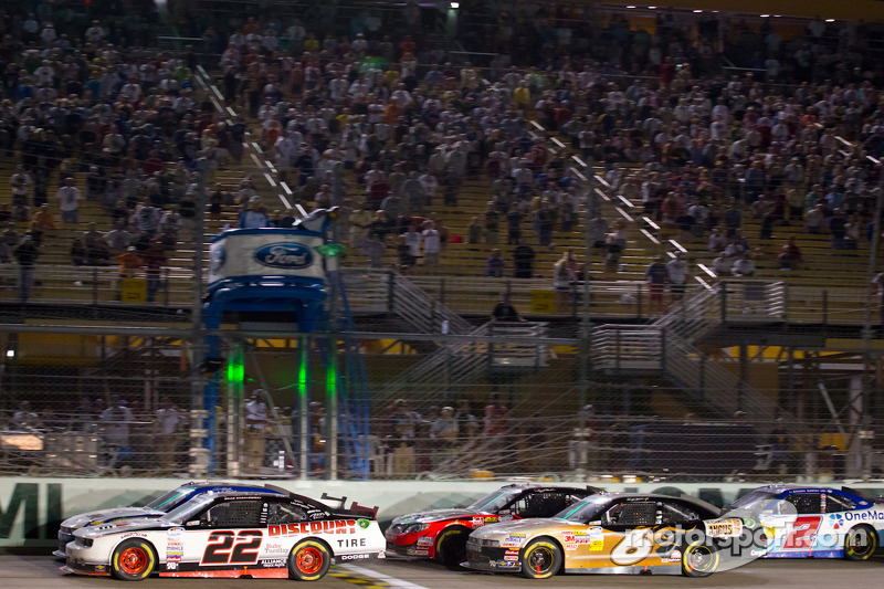 Brad Keselowski, Penske Racing Dodge and Carl Edwards, Roush-Fenway Ford lead the field on a restart