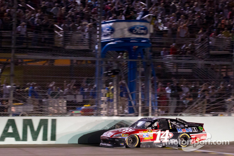 Tony Stewart, Stewart-Haas Racing Chevrolet takes the checkered flag to win the race and become the NASCAR Sprint Cup Series 2011 champion