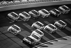 Jamie McMurray, Earnhardt Ganassi Racing Chevrolet leads the pack