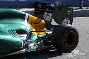 Heikki Kovalainen, Caterham F1 Team rear suspension and wing- Formula 1 Testing, day 1
