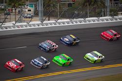 Juan Pablo Montoya, Earnhardt Ganassi Racing Chevrolet leads a group of cars