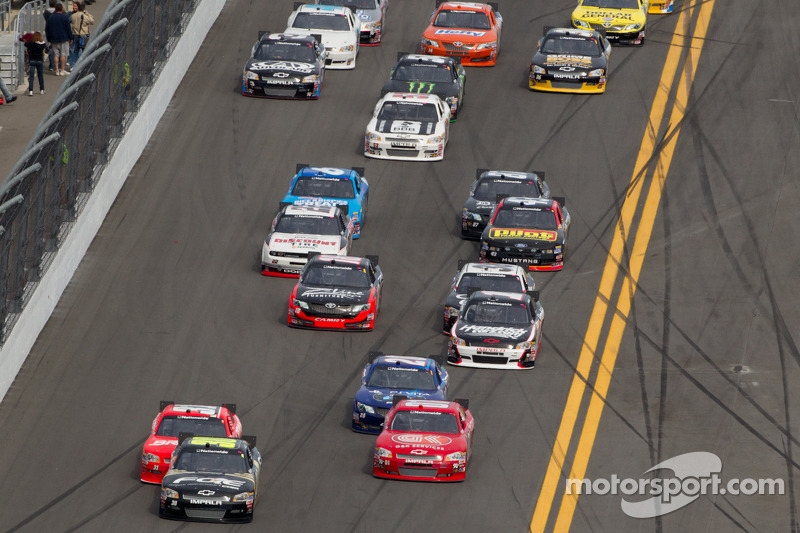 James Buescher, Turner Motorsports Chevrolet leads a group of cars