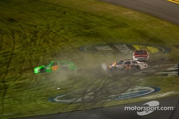 Crash with Danica Patrick, Stewart-Haas Racing Chevrolet, Trevor Bayne, Wood Brothers Racing Ford, David Ragan, Front Row Motorsports Ford