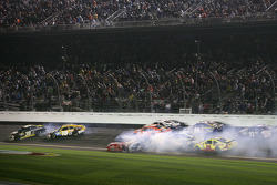 Crash for Ryan Newman, Stewart-Haas Racing Chevrolet, Kyle Busch, Joe Gibbs Racing Toyota,Tony Stewart, Stewart-Haas Racing Chevrolet, Ricky Stenhouse Jr., Roush Fenway Racing Ford