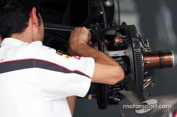 Sauber mechanic works on the Sauber C31 brakes