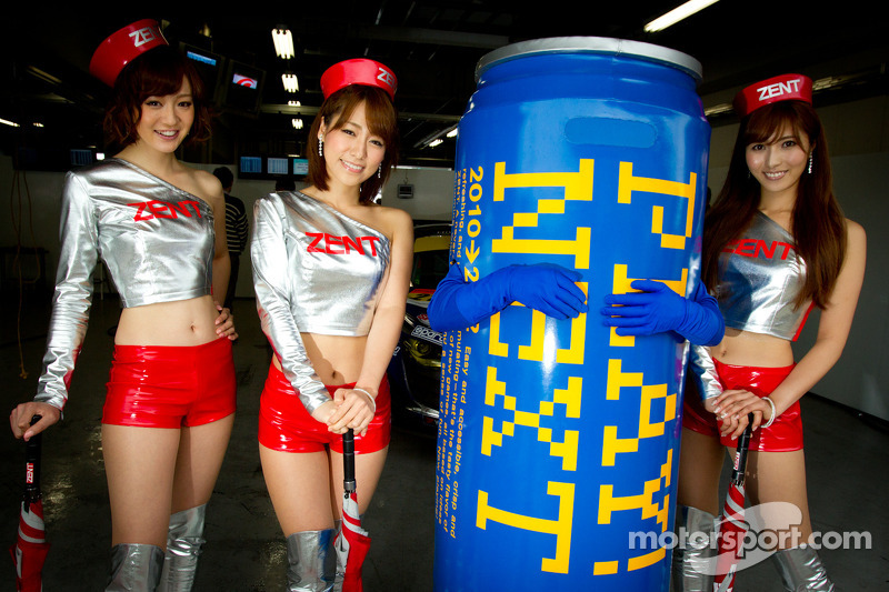 Race queens for #21 Hitotsuyama Racing Audi R8 LMS