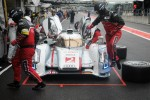 Audi pitcrew leap into action...