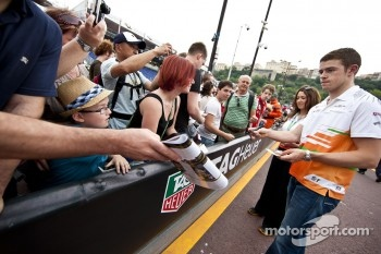 Paul di Resta, Sahara Force India F1 signs autographs for the fans