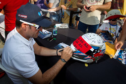Rubens Barrichello, KV Racing Technology Chevrolet signs a helmet dedicated to Dan Wheldon