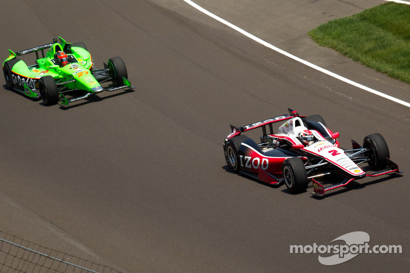 Ryan Briscoe, Team Penske Chevrolet passes James Hinchcliffe, Andretti Autosport Chevrolet for the lead on lap 2