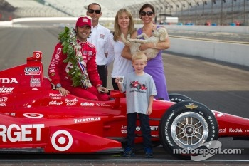 Winners photoshoot: Dario Franchitti, Target Chip Ganassi Racing Honda with Ashley Judd and friends