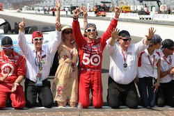 Race winner Dario Franchitti, Target Chip Ganassi Racing Honda kisses the yard of bricks with wife Ashley Judd and Chip Ganassi