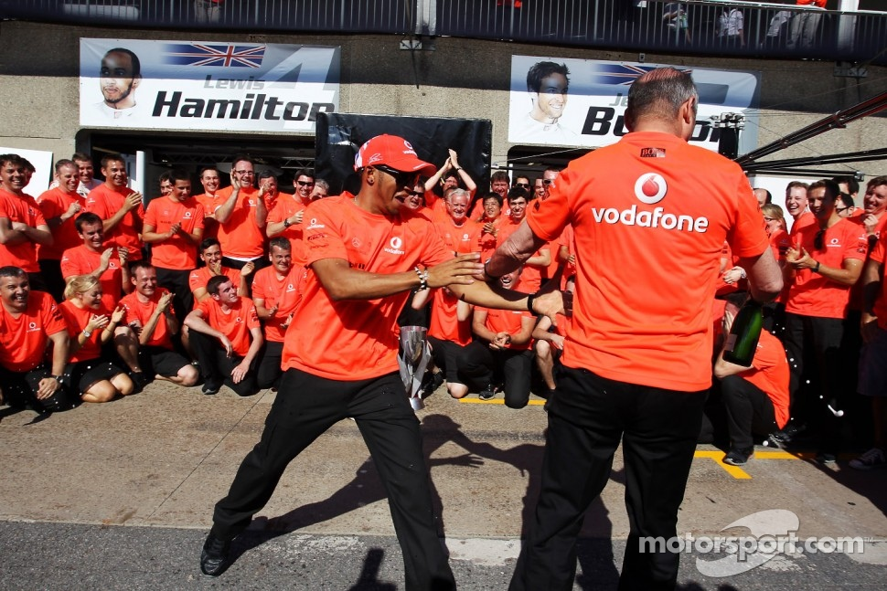 race winner Lewis Hamilton, McLaren Mercedes and Ron Dennis, McLaren Mercedes Executive Chairman celebrate with the team