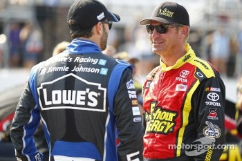 Clint Bowyer, Michael Waltrip Racing Toyota, Jimmie Johnson, Hendrick Motorsports Chevrolet