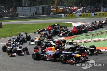 Mark Webber, Red Bull Racing and Jerome d'Ambrosio, Lotus F1 at the start of the race