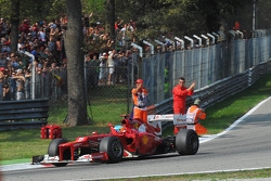 Fernando Alonso, Ferrari waves to the fans at the end of the race