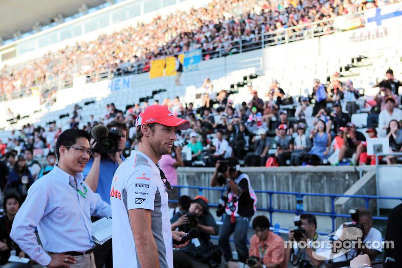 Jenson Button, McLaren talks to the fans