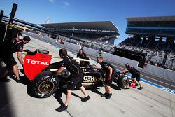 Kimi Raikkonen, Lotus F1 E20 in the pits