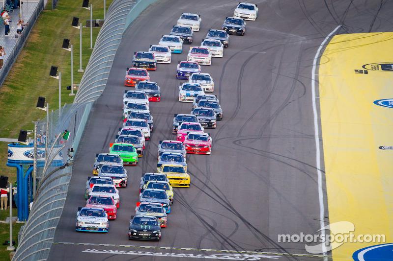 Start: Kyle Busch, Kyle Busch Motorsports Toyota and Elliott Sadler, Richard Childress Racing Chevrolet lead the field