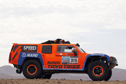 Naptime on the #315 Hummer: Robby Gordon, Kellon Walch