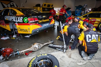 Rear axle change on the car of Jeff Burton, Richard Childress Racing Chevrolet