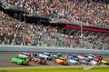 Start: Danica Patrick, Stewart-Haas Racing Chevrolet leads the field