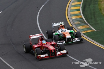 Adrian Sutil, Sahara Force India VJM06 and Fernando Alonso, Ferrari F138 battle for position
