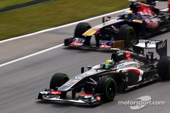 Esteban Gutierrez, Sauber C32 leads Jean-Eric Vergne, Scuderia Toro Rosso STR8
