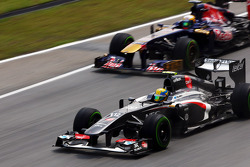 Esteban Gutierrez, Sauber C32 leads Jean-Eric Vergne, Scuderia Toro Rosso STR8