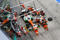 Paul di Resta, Sahara Force India VJM06 makes a lengthy pit stop with a front wheel problem