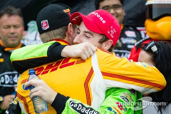 Victory circle: race winner James Hinchcliffe, Andretti Autosport Chevrolet celebrates with Ryan Hunter-Reay, Andretti Autosport Chevrolet